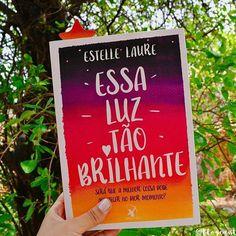 """Boa Tarde, leitores! ▫ Com um pouco de atraso, finalmente a resenha de """"Essa Luz Tão Brilhante"""" se encontra online no CDL. ▫ Infelizmente, este não foi um romance que conseguiu a minha admiração. """"Essa luz tao brilhante"""" tem uma premissa muito comovente,  inclusive no Brasil temos uma trilogia bastante similar lançada por uma outra editora. Essa trilogia me fez rir e chorar em alguns momentos, é um romance inesquecível. Acreditei que com esse romance de estreia de Estelle eu pudesse sentir…"""