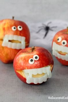 55 Fun Halloween Snacks for Kids to Devour This October halloween treats kids apples The post 55 Fun Halloween Snacks for Kids to Devour This October appeared first on Halloween Cake. Halloween Breakfast, Halloween Snacks For Kids, Halloween Treats For Kids, Easy Halloween, Halloween Foods, Halloween 2017, Halloween Stuff, Ideas For Halloween, Holloween Party Ideas