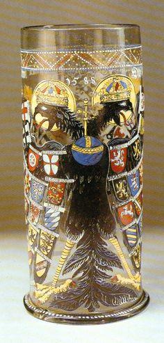 Reichsadlerhumpen, vaso del águila imperial, 1588 decorado con esmaltes con el águila bicéfala coronada: el globo terráqueo, que aparece en el pecho del águila sustituye al crucifijo que aparecía en los primeros ejemplares.  Colonia