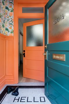 Entry with Personality, orange door, tiled HELLO Renovated Brooklyn Townhouse The vestibule is painted in Benjamin Moore's coral-hued Hot Spice and covered in a Cuban-inspired floral wallpaper by fashion designer Matthew Williamson for Osborne & Little. Bright Front Doors, Best Front Door Colors, Orange Front Doors, Best Front Doors, Casa Retro, Decoracion Vintage Chic, Door Paint Colors, Entrance Doors, Door Entryway