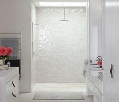le revêtement dans la douche, avec cet aspect nacré sirène...
