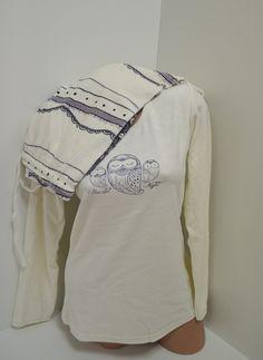 Бяла дамска пижама от плюш с обло деколте и апликация отпред. Долната част е панталон с ластик и връзка на талията и мотиви в сив цвят. Красива и топла с нея ще се чувствате прекрасно.