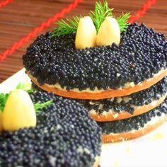 Antipasto con formaggio philadelphia e caviale nero e mandorle