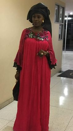 Mode senegalaise Long African Dresses, African Fashion Dresses, Hijab Fashion, Funky Dresses, Modest Dresses, Nice Dresses, Nigerian Dress, Ankara Skirt And Blouse, African Attire