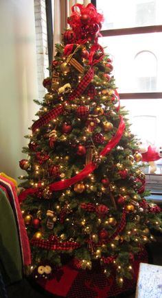 gold and red themed christmas tree do something like this but add gold star