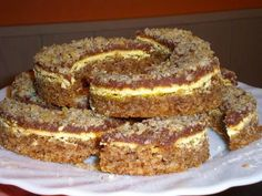 Sastojci:   Tijesto  14 dkg šećera  14 dkg margarina  14 dkg mljevenih badema  7 dkg brašna  4 bjelanjka       Žuti preljev  4 žumanjka ...