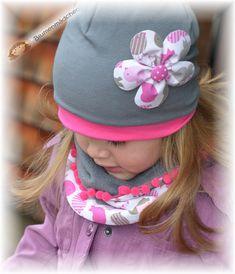 süsse Beanie Mütze aus weichem Baumwolljersey zum Wenden. Mit einem Druckknopf angesteckt ist eine Blume, die auf beiden Seiten ( pink oder taupe) angesteckt werden kann. Gerne fertige ich ohne...