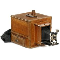 "Large Street Camera, c. 1920 Unmarked, for plates with size 3 ½ x 4 ¾ in., lens ""Periscopique"", shutter I. + P., with 2 developing tanks inside, size of the wooden box: 14 x 11 x 11 ¾ in."