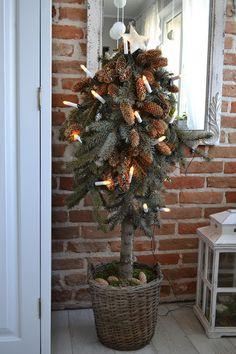 Dogonić własne marzenia: Drewniana choinka, inne panny zielone i życzenia noworoczne Christmas Wreaths, Christmas Tree, Decorations, Holiday Decor, Diy, Home Decor, Teal Christmas Tree, Decoration Home, Bricolage