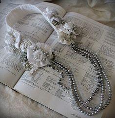NOCHES en blanco satén. textil y perlas plata y blanco por carlafoxdesign