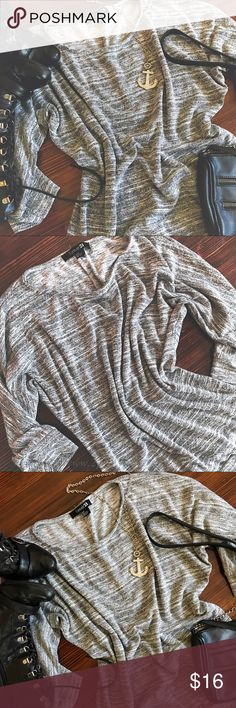 t o p s | heather gray loose fitting sweater Heather gray loose fitting sweater like top 3/4 sleeves Somewhat thick material Excellent condition  Size small  #euc #heather #gray #warm #comfortable #sweater #2prettypistols Forever 21 Sweaters Crew & Scoop Necks