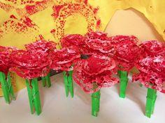 Rosa P1- Blondes pintades amb esponges i pinça de color verd.