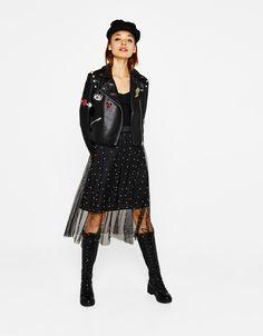 Falda midi con perlas. Descubre ésta y muchas otras prendas en Bershka con nuevos productos cada semana
