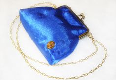 Royal blue satin fabric has been used for this little bag. There is a bronze colored button on it to go with the frame. It is padded and sof. The purse comes with a chain.Elegant and stylish wear for special ladies :)Frame size: 12,6 cmBag size: 13 x 19 cm