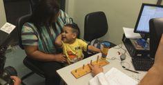 Vídeo mostra reação de garoto ao ouvir pela primeira vez após implante