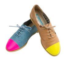 Sapatos bicolores.