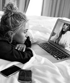 """divine-olsen: """" NEW. Here's a photo of Mary-Kate and Ashley Olsen Skyping that will appear in the program for this year's CFDA awards. Aquí está una foto de Mary-Kate y Ashley Olsen que. Mary Kate Ashley, Mary Kate Olsen, Elizabeth Olsen, Ashley Olsen, Olsen Sister, Olsen Twins, Bridget Bardot, Jane Birkin, Edie Sedgwick"""