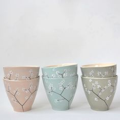 Handmade mugs with handpainted blossom at the outside. Pottery Painting, Dot Painting, Ceramic Painting, Ceramic Art, Bowl Designs, Handmade Candles, Tile Art, Diy Projects To Try, Mandala Art