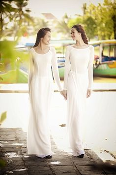 need a white ao dai like this, never know when it might come in handy | http://aodaivietnamphotos.blogspot.com