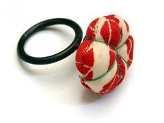 """Andrea Coderch - Anell """"Querida Yun I"""" - vermell Materials: tela japonesa i plata oxidada - 65€ - galeria CONTEXT"""