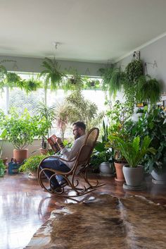 Um ótimo lugar de leitura: em meio às plantas. #plantas #plants #green #folhagens