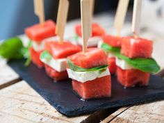 Cream cheese, mint with watermelon Party Finger Foods, Snacks Für Party, Bite Size Appetizers, Good Food, Yummy Food, Party Buffet, Breakfast Snacks, Appetisers, Diy Food