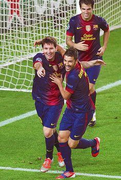 Lionel Messi está metiendo un gol!! Lionel Messi es muy bien en fútbol El es el numero uno jugador de fútbol en la mundial.