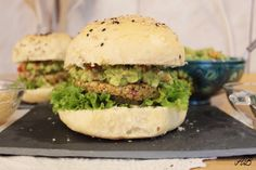 Burgeri vegani cu guacamole și năut - Home is where you cook Salmon Burgers, Guacamole, Avocado, Chicken, Cooking, Ethnic Recipes, Food, Kitchen, Lawyer