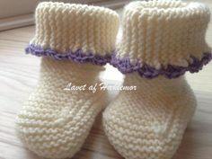 Hæklemors opskrift på retstrikkede babyfutter | Hæklemor Baby Knitting Patterns, Crochet Pattern, Baby Leggings, Drops Design, Diy Baby, Baby Dress, Needlework, Pixie, Projects To Try