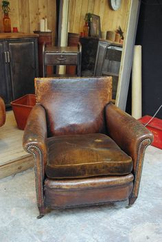 fauteuil ancien cambridge en cuir rose moore de c t. Black Bedroom Furniture Sets. Home Design Ideas