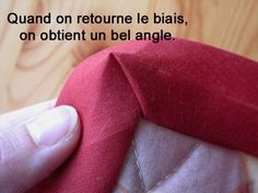 Step by step: put an angled angle - Zigzag under the cara .- Pas à pas : poser un biais en angle – Du zigzag sous la carapace – Page 3 tutorial for angling angle More - Sewing Hacks, Sewing Tutorials, Sewing Crafts, Sewing Tips, Coin Couture, Couture Sewing, Techniques Couture, Sewing Techniques, Fabric Tape