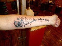 tattoos mit bedeutung, schwarz graue tätowierung mit pusteblumen motiv