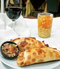 Empanadas, pebre, mote con huesillos y vino chileno