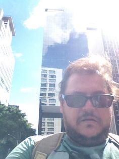 Dois presos e duas medidas – É irritante ver a diferença de tratamento entre os presos Eduardo Cunha (PMDB) e o empresário Eike Batista. Enquanto Batista teve a cabeça raspada e foi pro presídio co…
