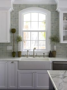 Nice 50 Awesome White Kitchen Cabinets Decor Ideas. More at https://50homedesign.com/2018/02/25/50-awesome-white-kitchen-cabinets-decor-ideas/