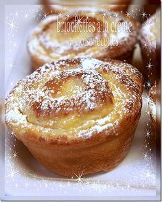 BRIOCHES CREME AU CITRON (Pour 12 brioches - LA PATE : 250 g de farine, 1 oeuf, 30 g de sucre, 5 g de sel, 1 c a c de vanille, 30 g de beurre fondu, 10 g de levure fraîche de boulanger, lait selon l'absorption de la farine) (CREME CITRON : 20 cl de lait, 6 c a s de sucre, 4 c a s de maïzena, jus et zeste d'1 gros citron, vanille, 30 g de beurre, un peu de sucre glace pour la déco)