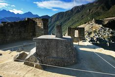 Piedra Intihuatana en la cima de la colina con el mismo nombre Intihuatana. Machu Picchu