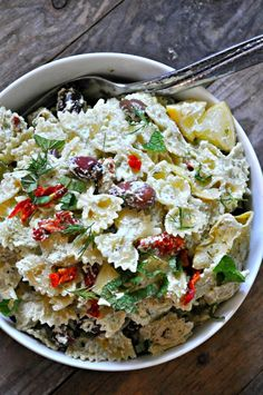 This incredible vegan tzatziki pasta salad is perfect for warm weather days. Creamy and rich vegan tzatziki sauce tossed with pasta and veggies. Delicious Vegan Recipes, Vegetarian Recipes, Healthy Recipes, Tasty, Vegetarian Lunch, Come Reza Ama, Picnic Foods, Picnic Recipes, Vegan Tzatziki