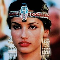 Leonor Varela as the ruthless young Cleopatra in the miniseries. She kinda played it like it was.kill or be killed Tut Movie, Ancient Egyptian Costume, Baby Face, Queen Cleopatra, Egyptian Fashion, Today Images, Actrices Hollywood, Egyptian Jewelry, Fashion Sketchbook