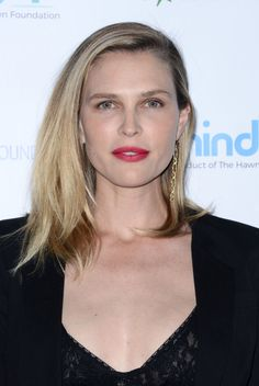 From Natural Brows to Red Lipstick: 11 of the Best Skin, Hair and Makeup Looks Lately Green Lips, Peach Lips, Orange Lips, Purple Lips, Sara Foster, White Lips, Bold Lipstick, Brown Lip, Natural Brows
