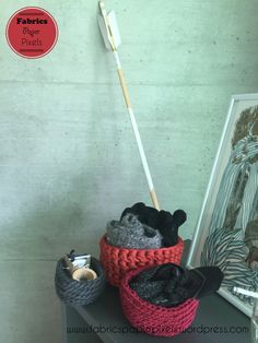 Petits paniers en crochet.  Crochet baskets. Creative Activities, Fabric Paper, Secret Santa, Baskets, Fabrics, Gifts, Tejidos, Secret Pal, Presents