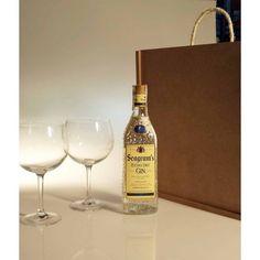 Botella de ginebra Seagram's y pareja de copas grabadas en caja para regalo
