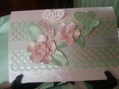Punch de Martha Stewart y cortador de rosas de Spellbinders. En cartulina perlada.