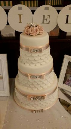 By hobby baker Maggie Caswell. I don't know about you but we think this is absolutely stunning