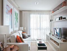 Móveis planejados, jogo de espelhos e iluminação pontual fazem bom uso do espaço