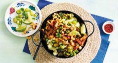 Vegetarische spruitjesstamppot met gember en ketjap Veg Recipes, Healthy Recipes, Healthy Food, Pasta Salad, Cobb Salad, Lidl, How To Cook Potatoes, Kung Pao Chicken, Avocado