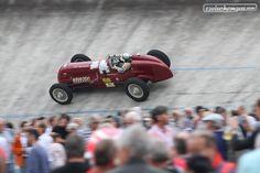 """Die Veranstaltung heisst zwar """"Indianapolis"""", aber das Oval ist viel kleiner als jenes in den USA. Schön anzuschauen waren die Autos trotzdem. Unser Bericht folgt bald ...  #zwischengas #classiccar #classiccars #oldtimer #oldtimers #classic #fahrzeug #auto #car #cars #vintage #retro #indianapolis #indianapolisoerlikon"""