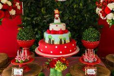 A Manuela comemorou seu aniversário com uma festa muito fofa no tema Chapeuzinho Vermelho! A decoração, assinada pela Pequenos Luxos, teve uma paleta de co