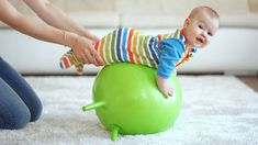 Dein Baby entdeckt spielend die Welt. Wie du dein Baby beschäftigen kannst und welche Baby-Spiele in welchem Monat sinnvoll sind, erfährst du hier!