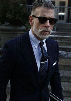 Nick Wooster en chemise rayée et cravate à pois maintenue par une pince porté sous un blazer marine rayé #style #menstyle #menswear #nickwooster #fashion #streetstyle #icons #dandy #chic #suit #tiebar #look #mode #homme